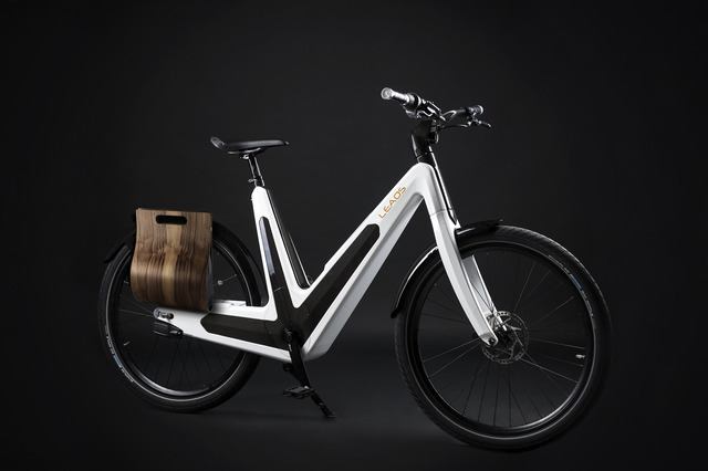 3-The-Leaos-Solar-Bike-can-charge-while-youre-riding-it-because-of-its-solar-panels-