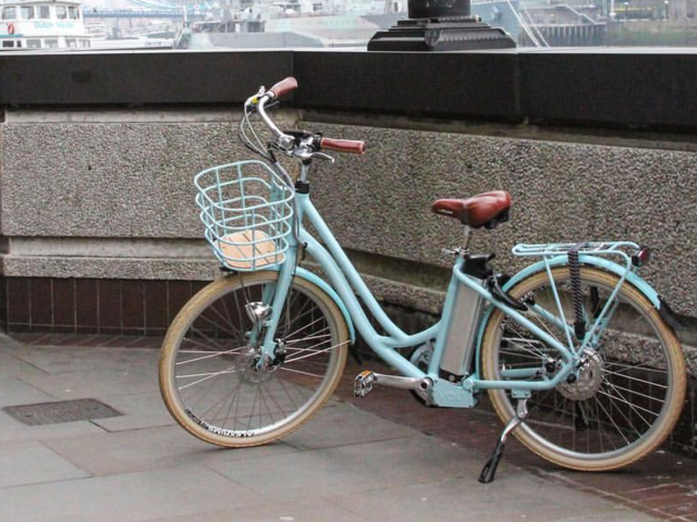 5-The-Volt-Kensington-electric-bike-looks-like-a-vintage-bike-but-has-an-LCD-display-screen-and-power-assistance-