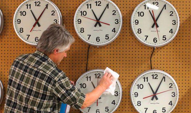 E' tornata l'ora solare. Ma il cambio dell'ora ci uccide. E non serve a nulla. Sarebbe ora di abolirlo, come dice la Ue