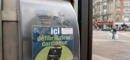 Un defibrillatore semiautomatico 'pubblico' in Francia. Agf