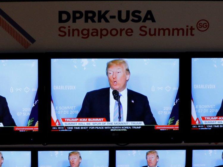 I notiziari televisivi sul presidente degli Stati Uniti Donald Trump vengono proiettati in un centro multimediale per il summit tra Stati Uniti e Corea del Nord a Singapore il 10 giugno 2018. REUTERS / Kim Kyung-Hoon