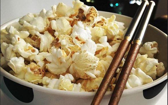 Perché dovreste mangiare i popcorn con le bacchette e altri trucchi psicologici per rendere più piacevole la vostra vita