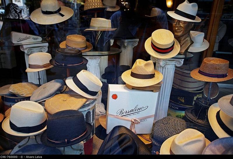 Vari cappelli Borsalino in esposizione sulla Fifth avenue 1b72cc98d13d