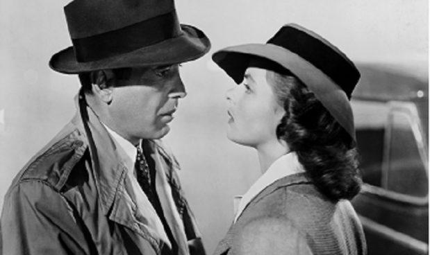 Sotto i cappelli Borsalino ci sono Humprey Borgart e Ingrid Bergman in  Casablanca. bb8a93864a2c
