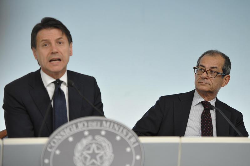"""Tria contro Padoan: """"Ereditato deficit al 2%"""". Stangata sulle pensioni d'oro, via la Fornero, ok al reddito di cittadinanza"""