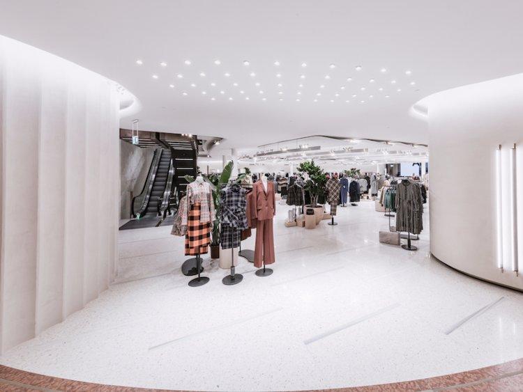 46b46bc422fc ... e il design dei suoi negozi sono in costante cambiamento. Zara si  concentra sulla novità. Vestiti da donna in un negozio Zara a Milano.  Courtesy of Zara