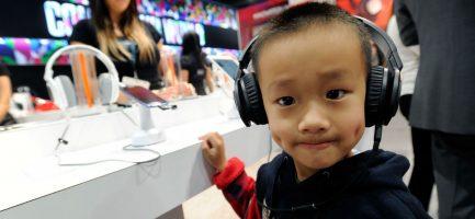 Un bambino ascolta la musica con delle cuffie all'International CES 2013 a Las Vegas - David Becker/Getty Images