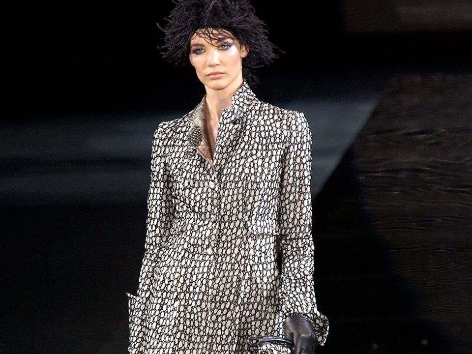d47cd8c5e172 Una modella indossa un completo di Giorgio Armani nel 2004 a Milano – Getty  Images