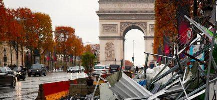 Danni causati recentemente dalle violente proteste contro il costo della vita a Parigi. Benoit Tessier/Reuters