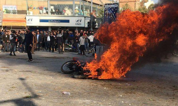 Iraniani in rivolta: gli aumenti del carburante sostengono fondazioni religiose e Pasdaran che non pagano tasse