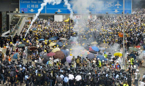 Hong Kong, Pechino attacca il politecnico per prendere il controllo del web: nel campus c'è il router che gestisce tutto il traffico