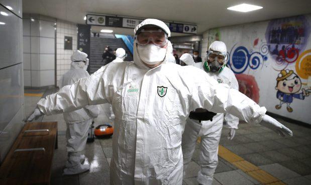 Disinfezione di una stazione metro a Seoul