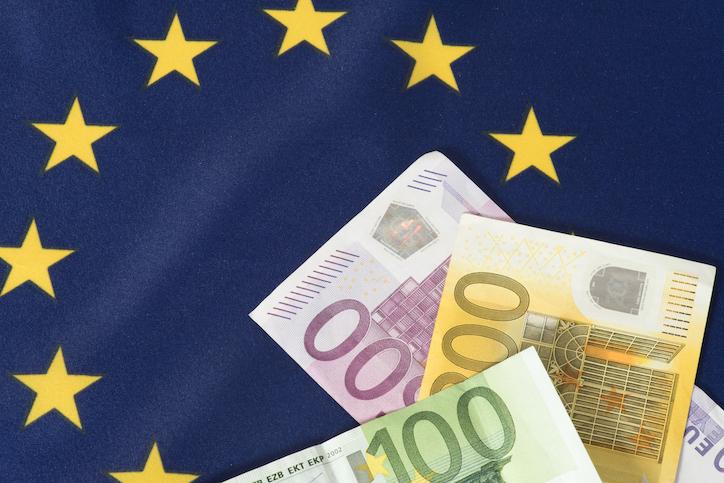 Soldi gratis a tutti gli europei: l'helicopter money può battere il coronavirus solo se il denaro viene speso