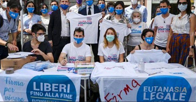 Banco di raccolta firme per il referendum sull'eutanasia legale