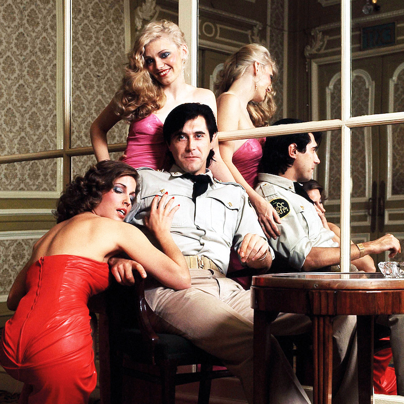 Bryan Ferry con due donne