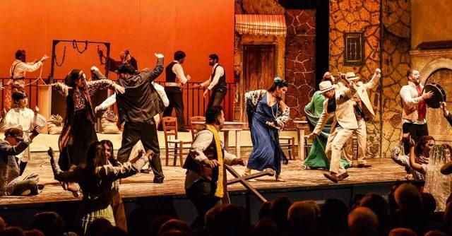 Attori sul palco di un teatro
