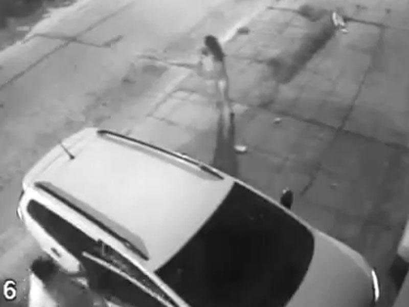 Tentano di rubare l'auto, ma la donna sbaraglia i ladri