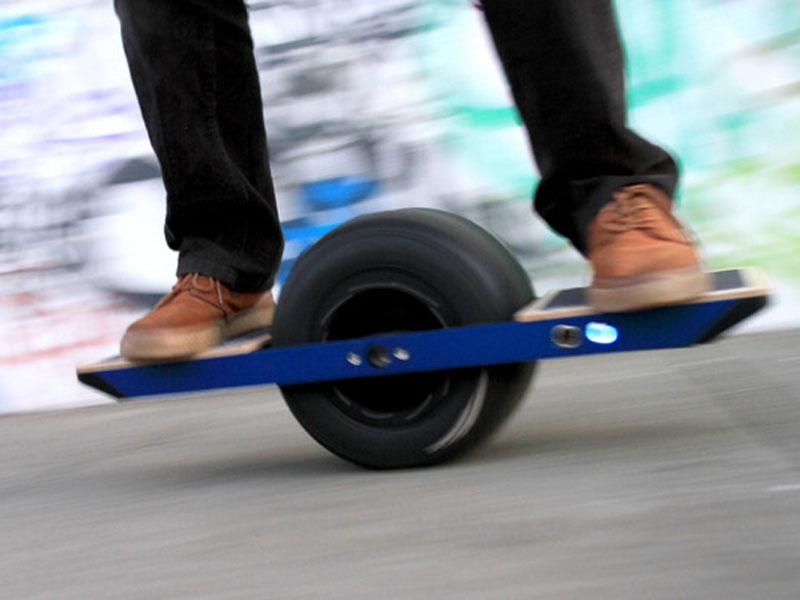 'Surfare' a una ruota: lo skateboard del futuro