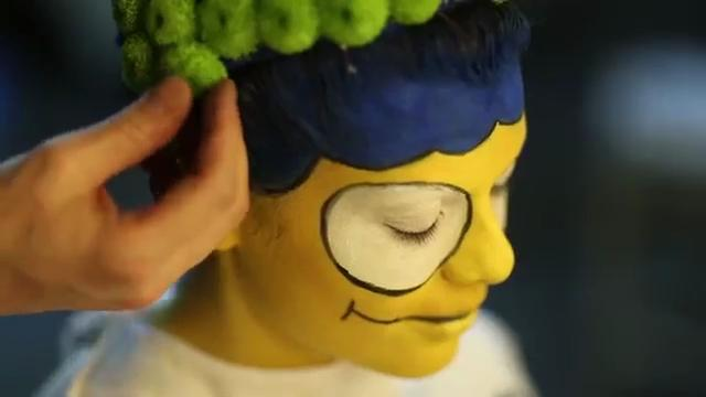 Marge prende vita: modella diventa mamma Simpson