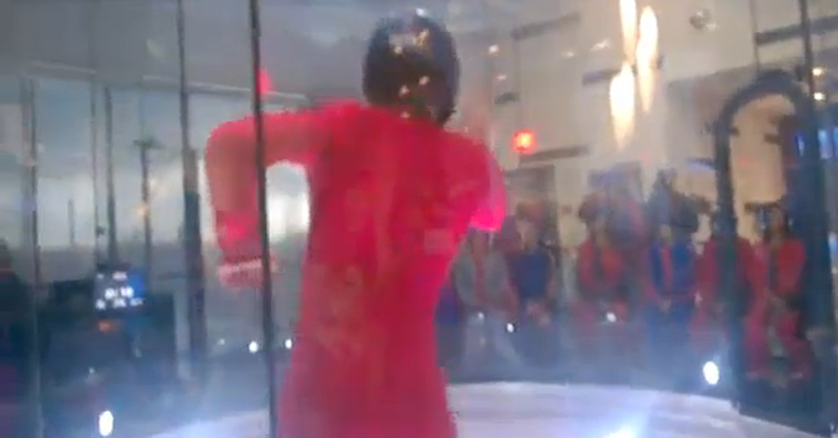Spiderman nel tubo: acrobazie con il getto d'aria
