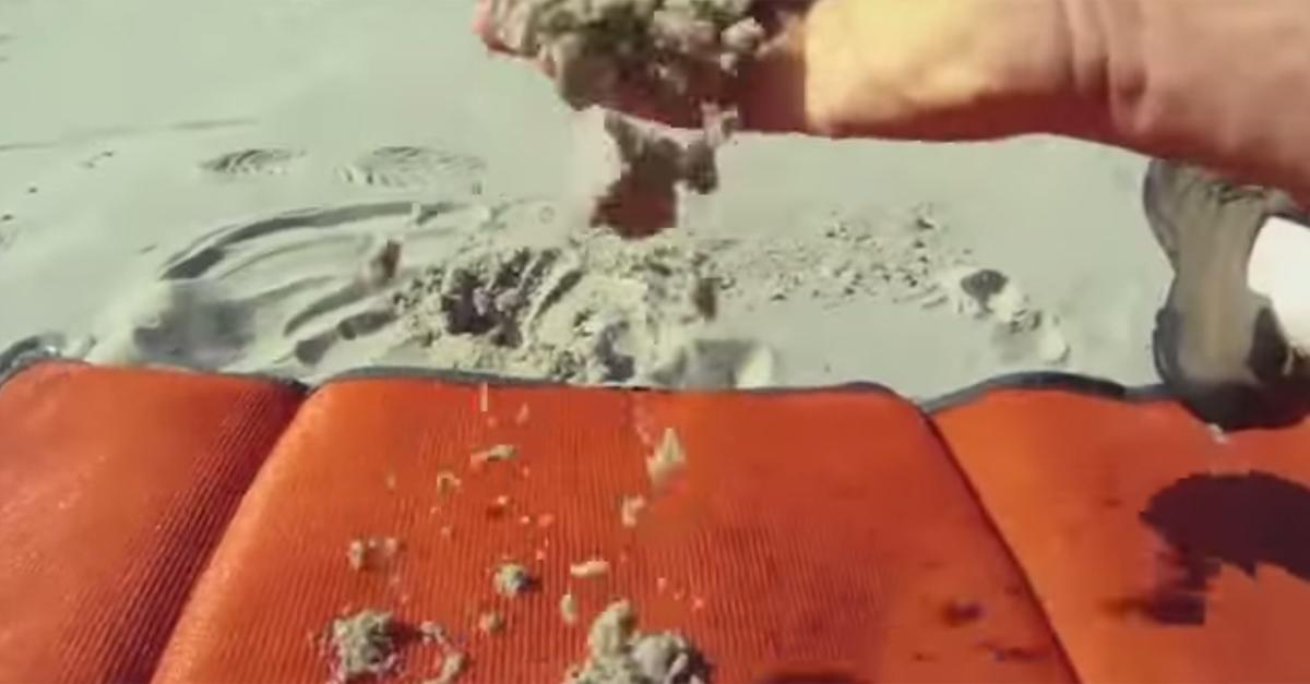 Mai più sabbia sul telo da spiaggia: ecco l'asciugamano intelligente