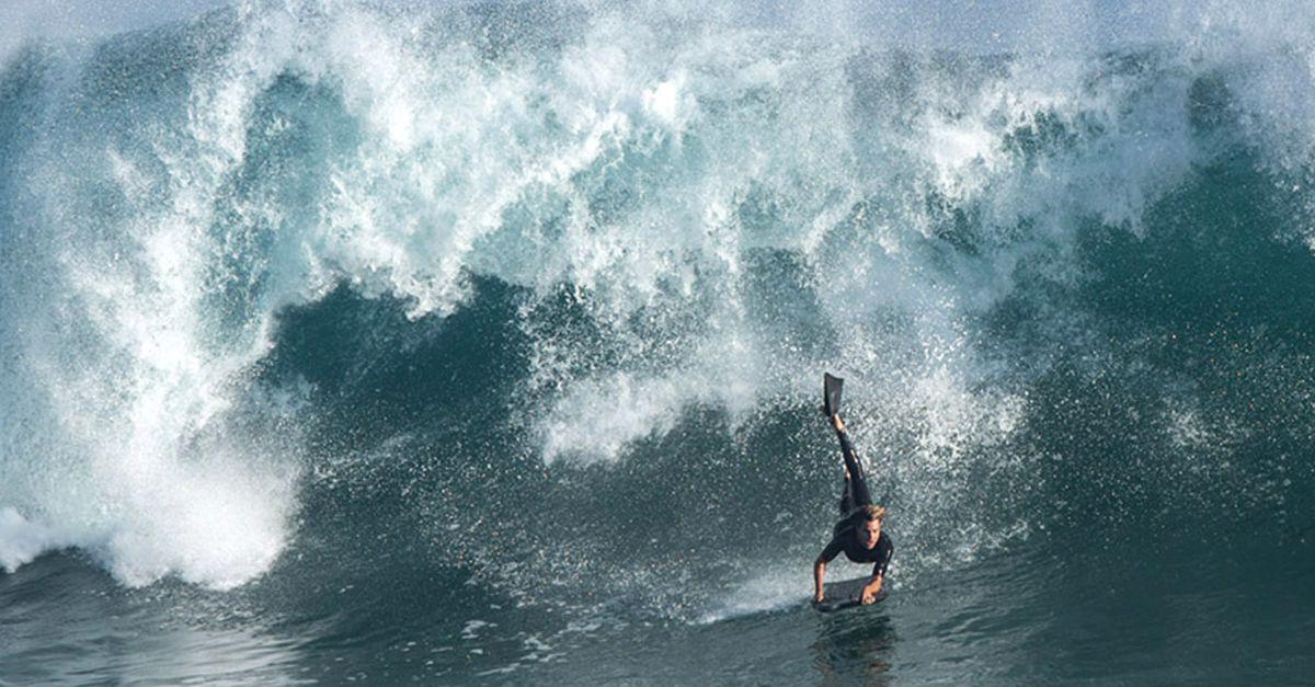 California, arriva l'Uragano Marie: i surfisti volano sulle onde