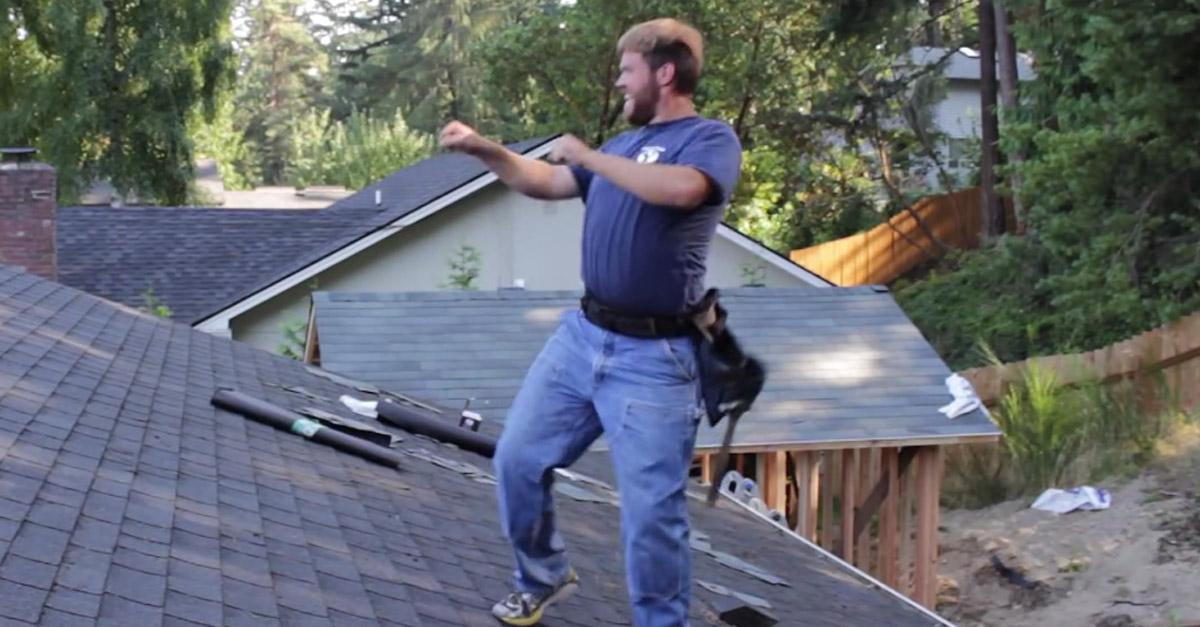 Bailando sul tetto: il muratore si scatena con Enrique Iglesias
