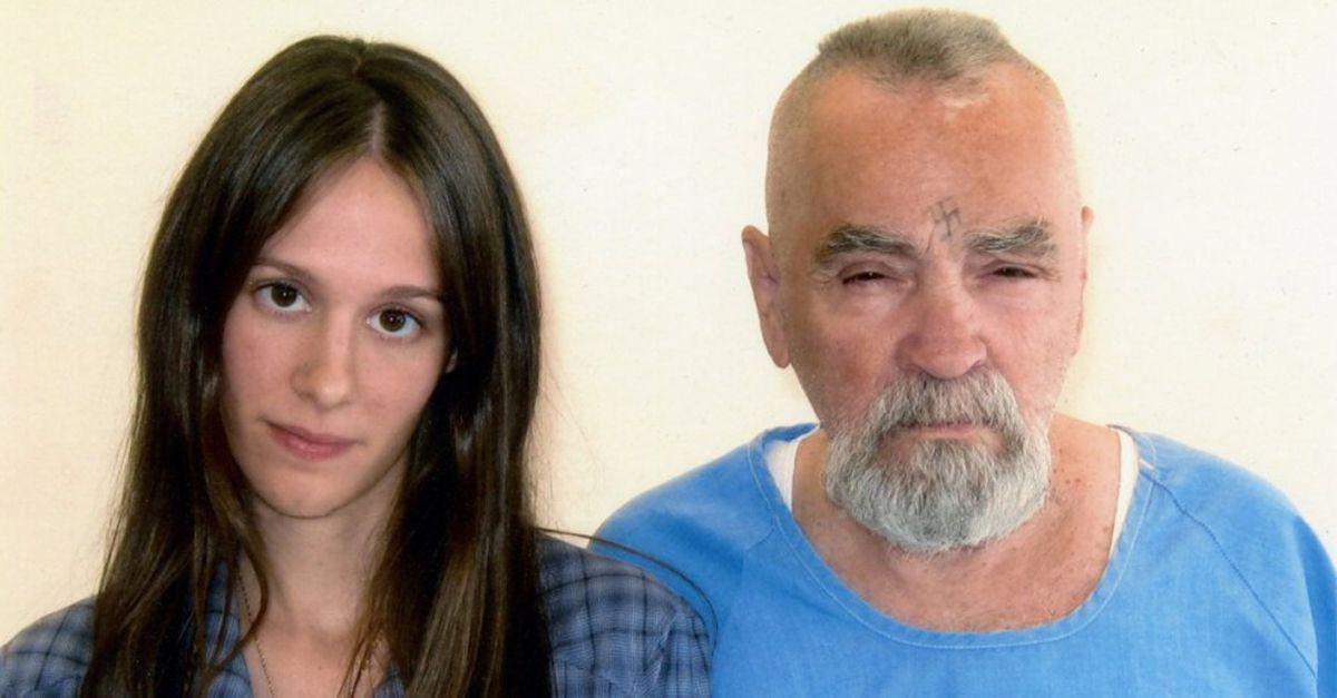 Charles Manson si sposa in carcere. Carlo Lucarelli racconta la storia del serial killer e della sua Family