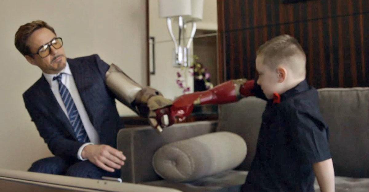 Sorpresa al bambino, Robert Downey Jr. consegna un braccio bionico in stile Iron Man