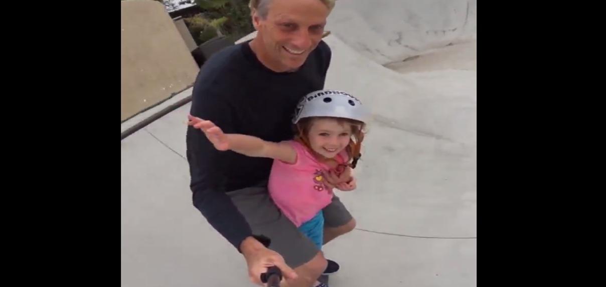 La leggenda Tony Hawk fa skate con la figlia di 6 anni. Ecco il video girato con il bastone da selfie
