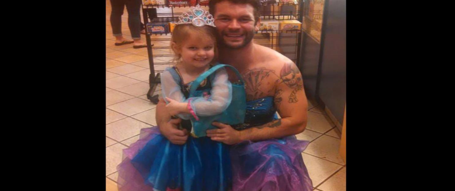 Oltre i muscoli e i tatuaggi, si traveste da Cenerentola per portare la nipotina al cinema