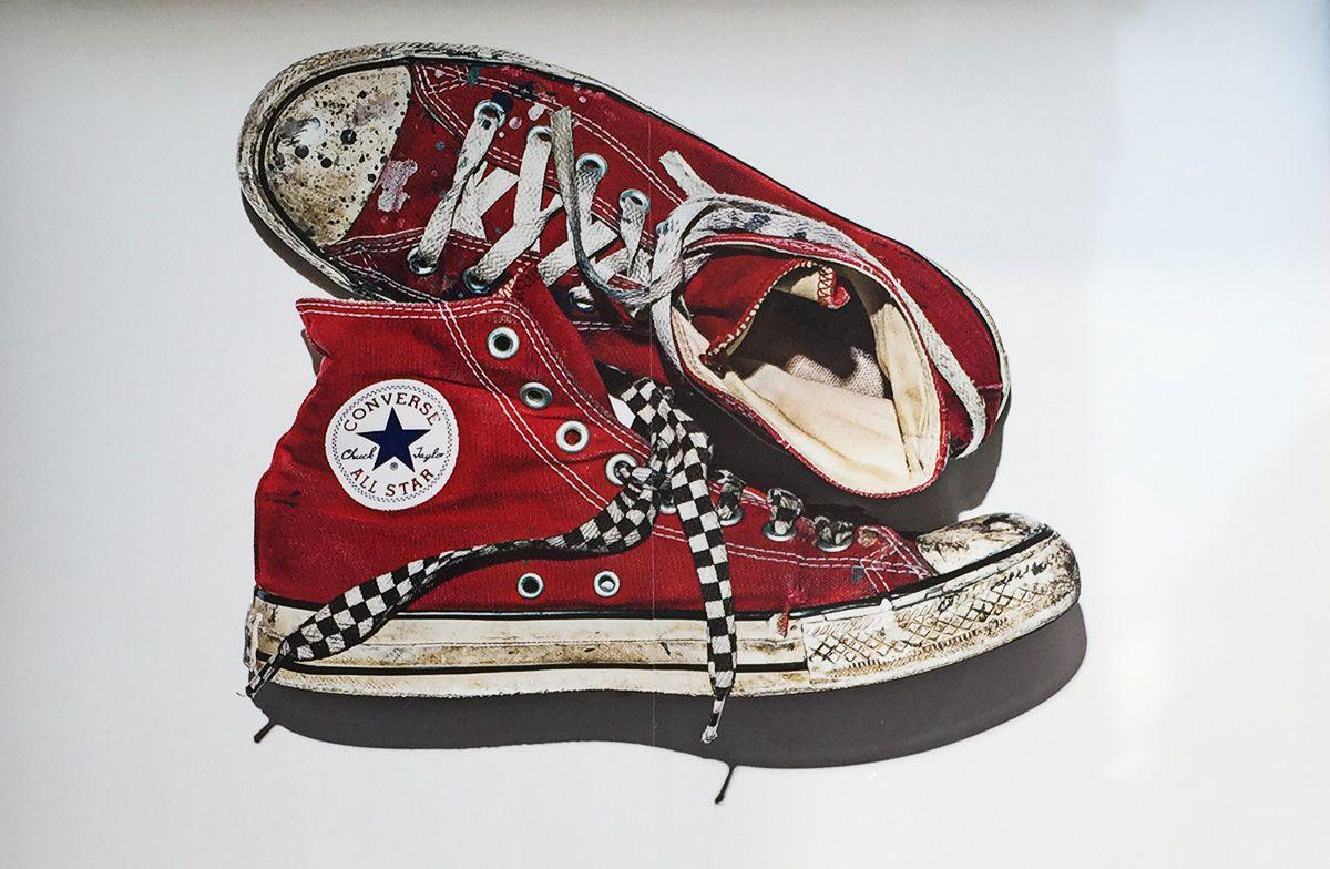 """""""Cosa ti ricordano le tue Converse?"""" Le cartoline trovate per strada raccontano le avventure di un paio di scarpe"""