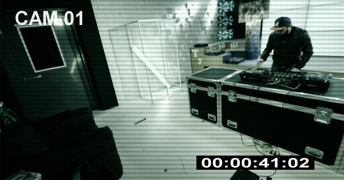 TOP DJ: Il Dj Angelo di notte si intrufola di nuovo nel laboratorio di TOP DJ per suonare la sua musica