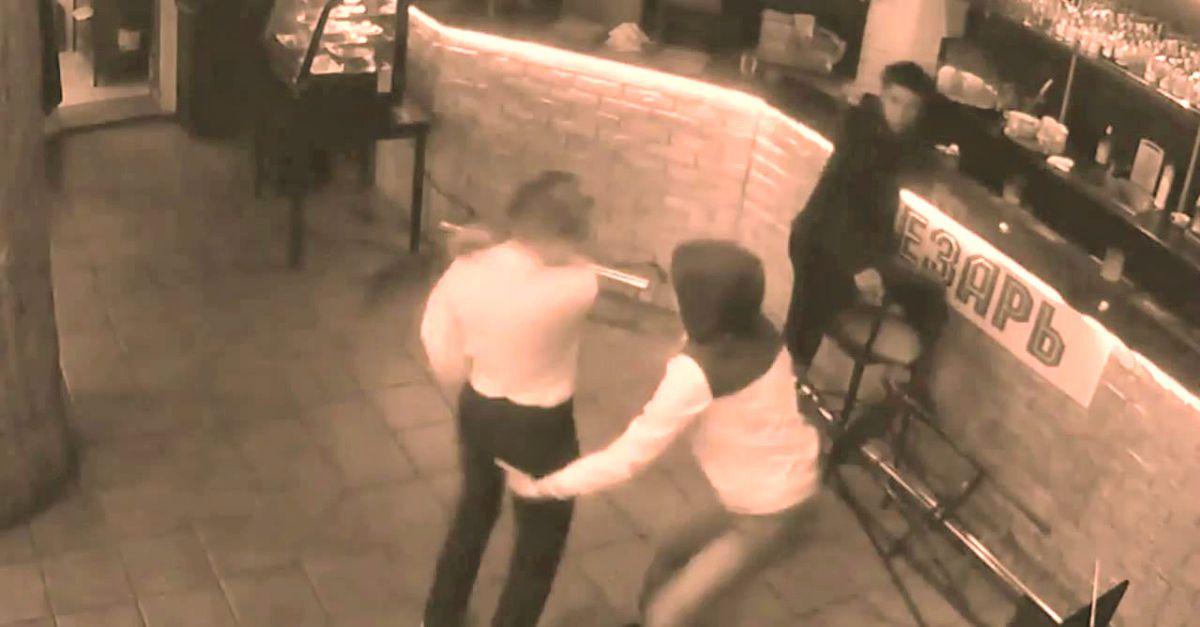 Il cliente allunga le mani, la cameriera lo mette K.O. (VIDEO)