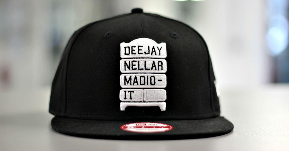 New Era realizza 144 cappellini esclusivi per la nuova mostra di Deejaynellarmadio. Scopri come averli
