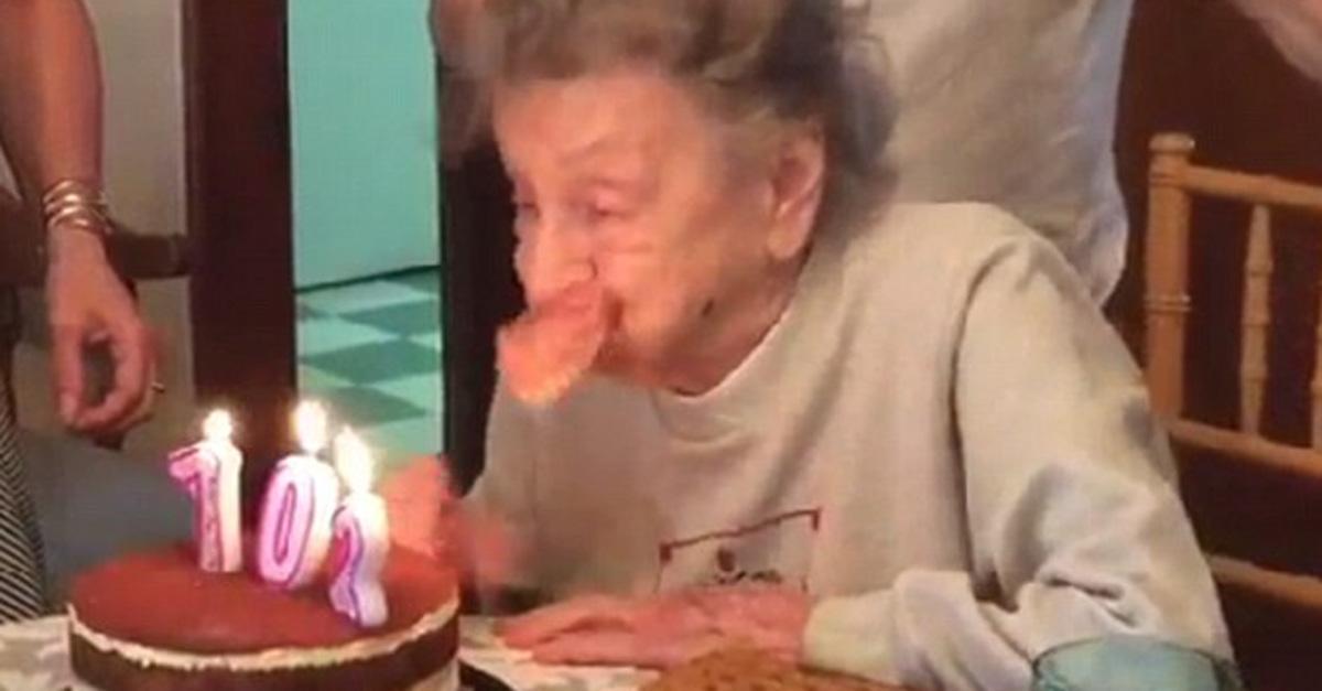Nonna festeggia i 102 anni, ma quando soffia le candeline qualcosa va storto