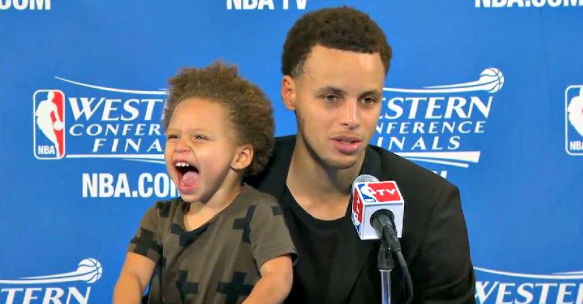 Sbadigli e boccacce, lo show della figlia del campione NBA conquista la conferenza stampa