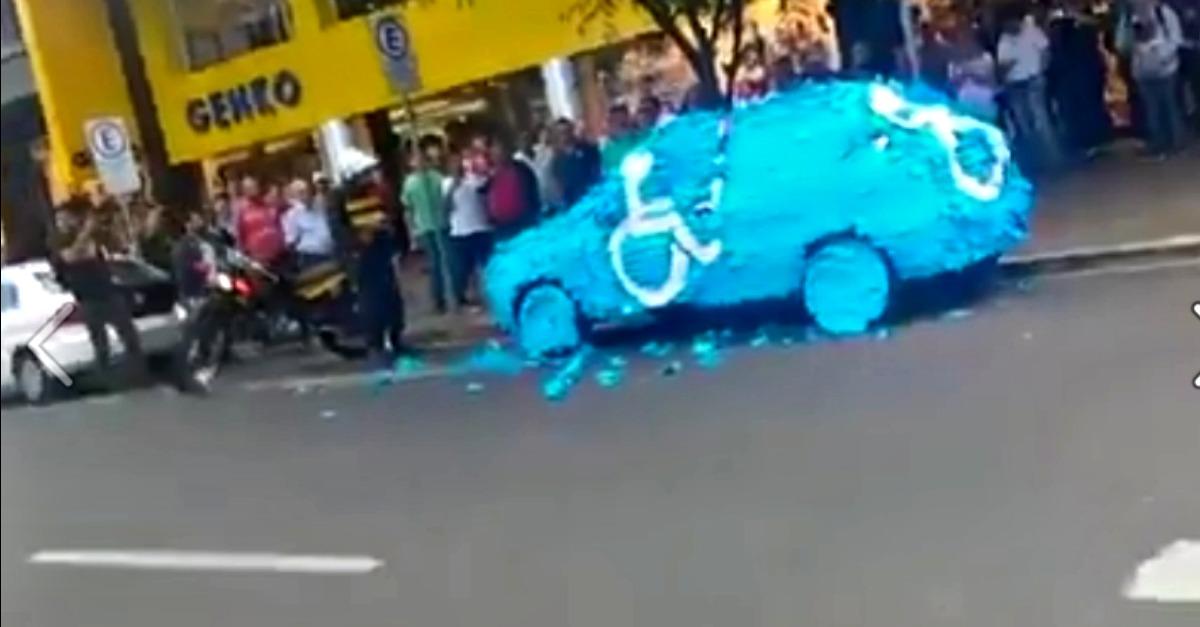 Parcheggia l'auto nel posto dei disabili, la punizione è esemplare