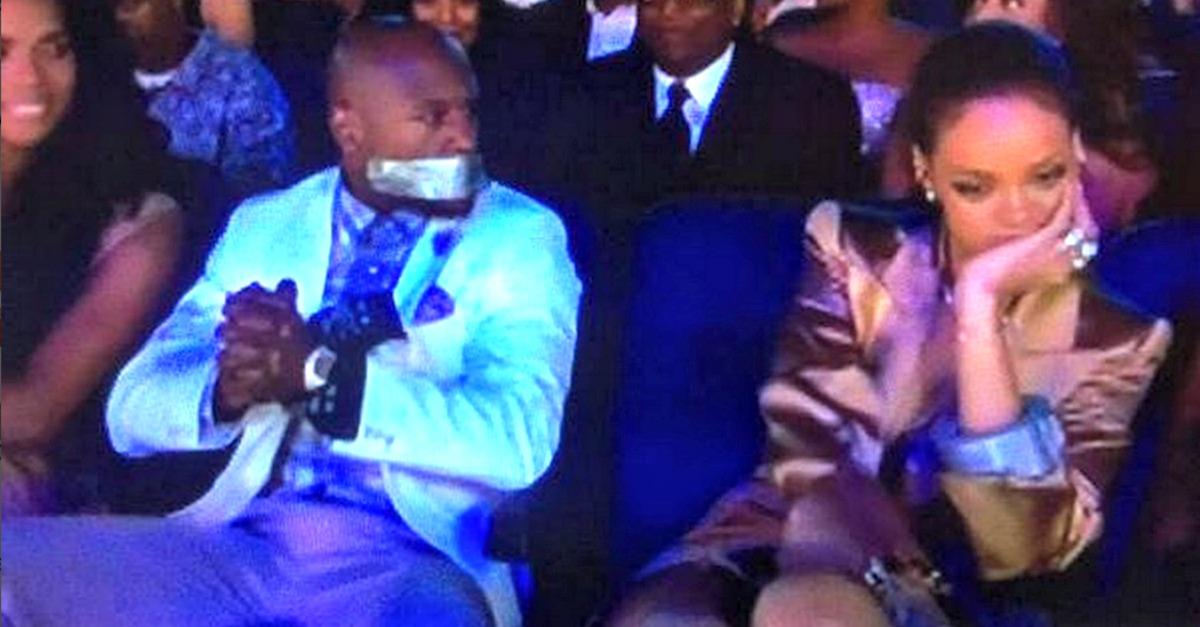 Rihanna zittisce Mayweather: strani giochi ai BET Awards 2015