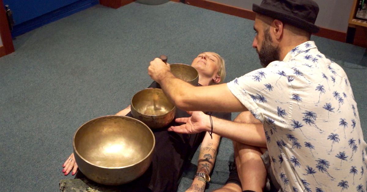 Quando la musica toglie lo stress: La Pina prova le campane tibetane
