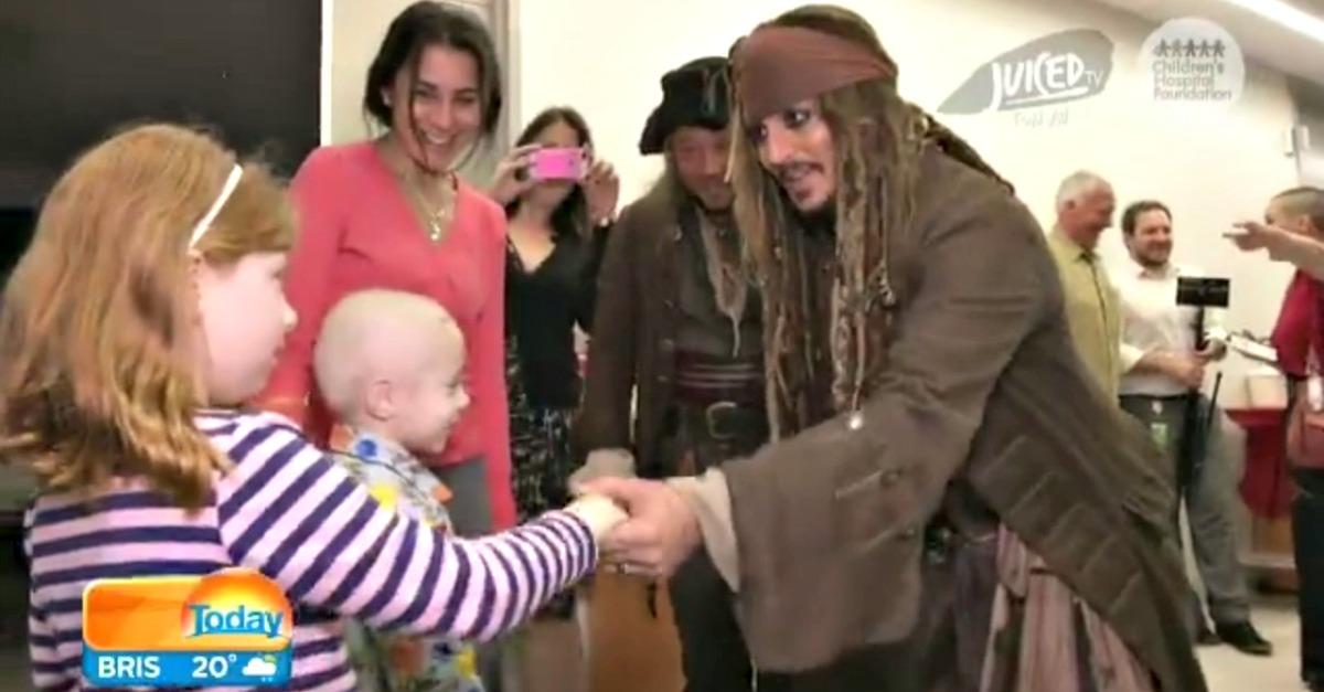 Johnny Depp regala sorrisi ai bambini malati: ecco Jack Sparrow in visita all'ospedale di Brisbane