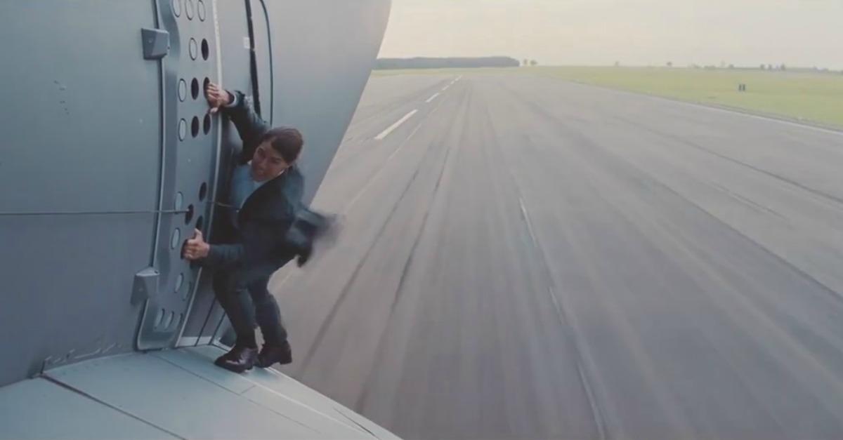 Mission: Impossible, Tom Cruise non ha bisogno della controfigura e decolla sulle ali di un aereo