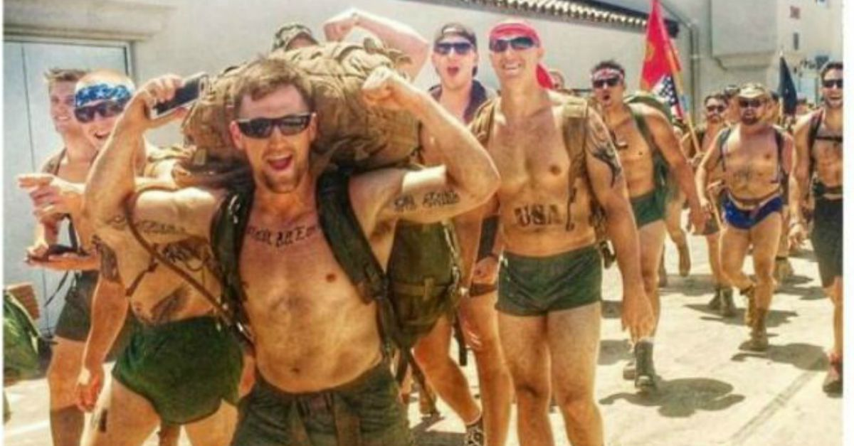 A petto nudo per dire NO ai suicidi militari, la marcia dei 22 marines a San Diego