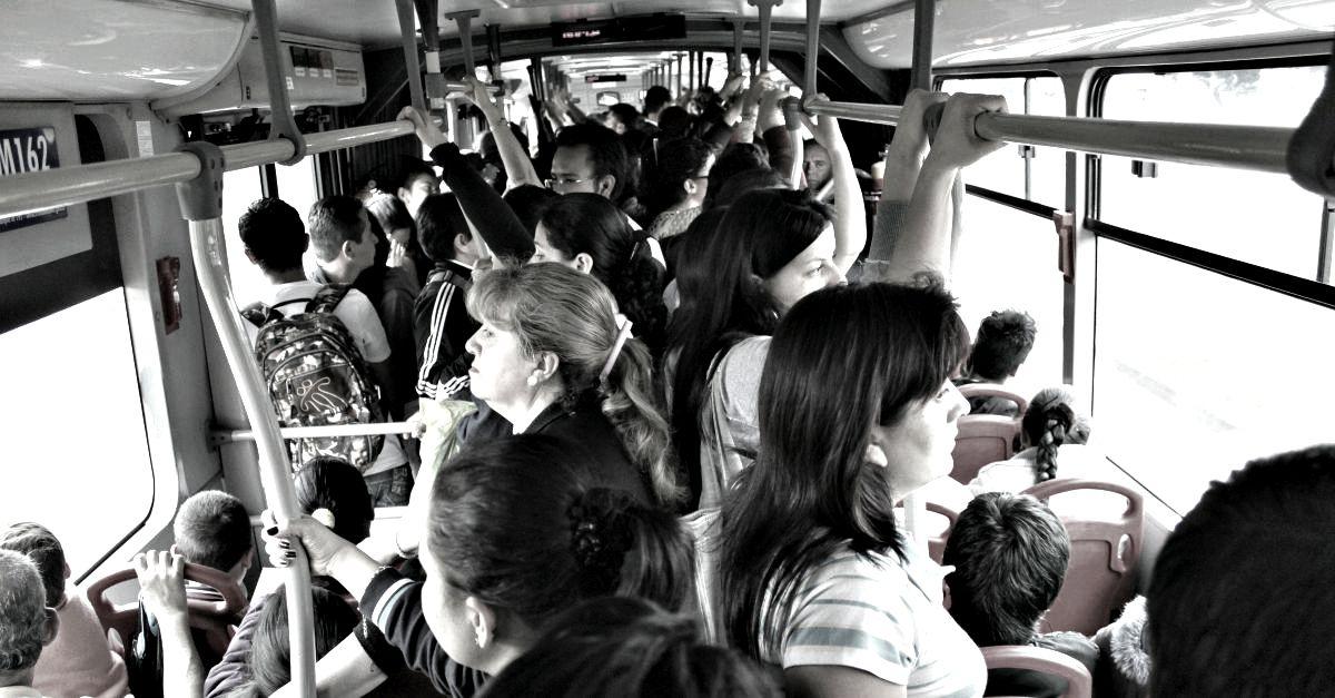 Dai ficcanaso alle adolescenti: quelli che non vorresti incontrare sui mezzi pubblici