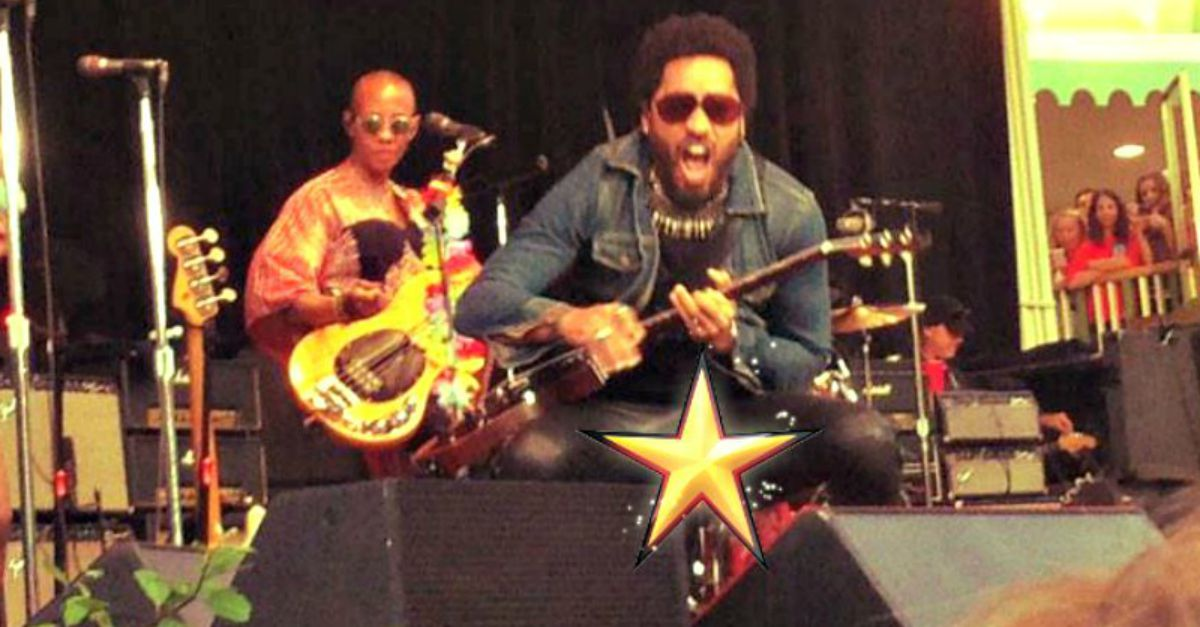 Che imbarazzo Lenny Kravitz! Si aprono i pantaloni durante un concerto a Stoccolma
