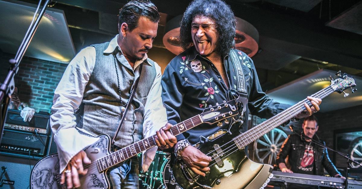 Un irriconoscibile Johnny Depp si esibisce con Gene Simmons dei KISS per beneficenza