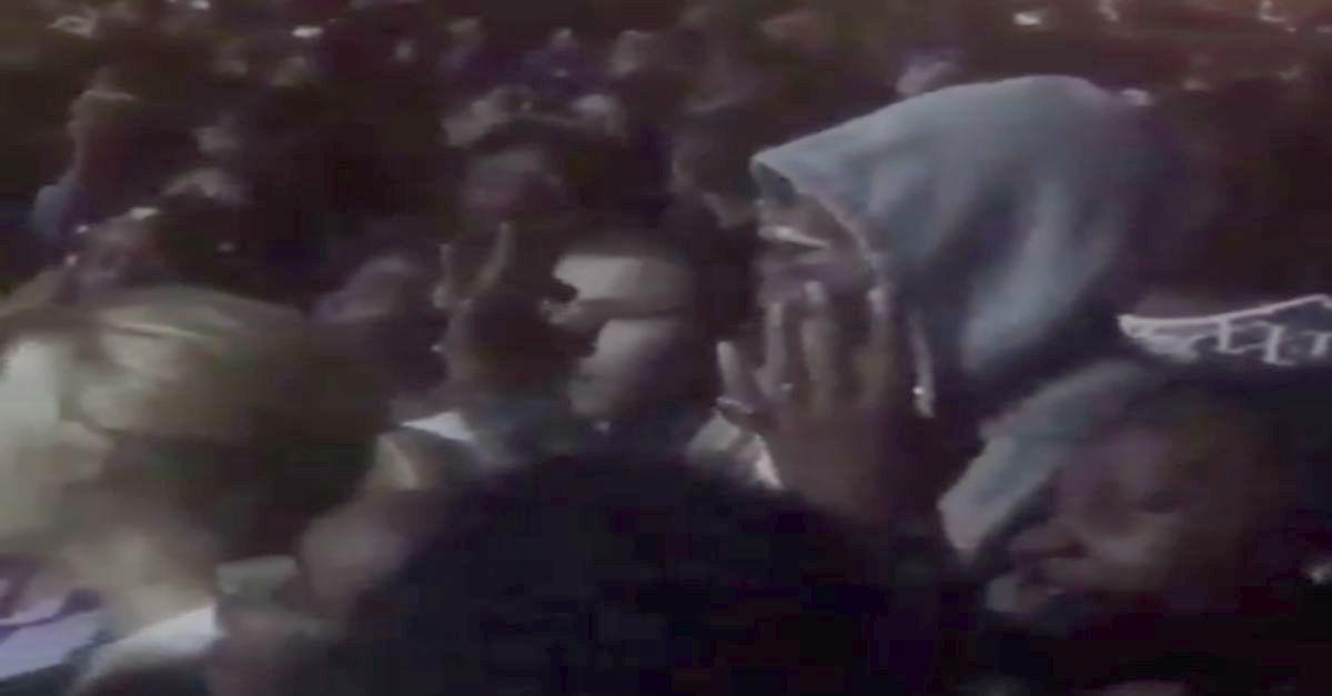 Lo riconoscete? Si è nascosto tra la folla al concerto della moglie