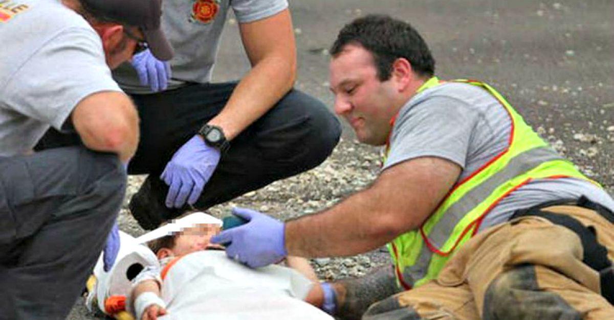 In attesa dei soccorsi il pompiere tranquilizza la bimba che piange con un cartoon sul telefono