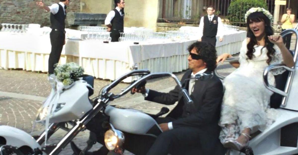 Elisa ha detto sì: l'arrivo alla basilica a bordo di una moto a tre ruote
