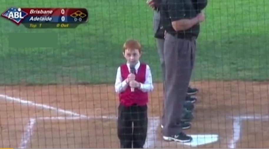 Chiamate Roma Triuno Triuno : il bambino canta l'inno nazionale col singhiozzo